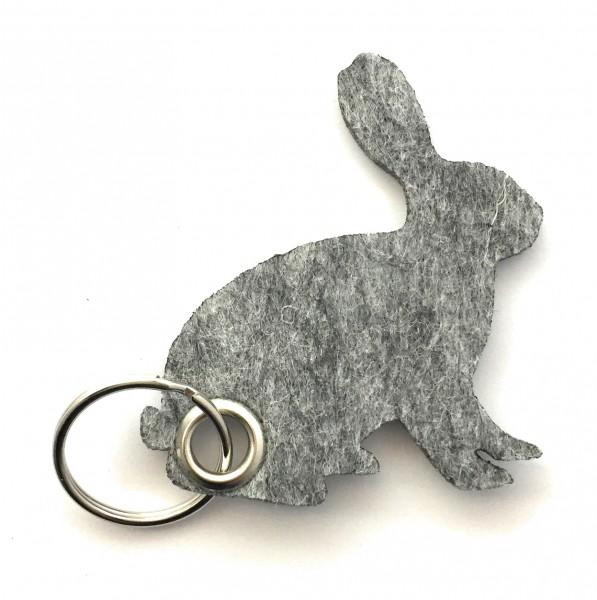 Hase / sitzend / Ostern - Filz-Schlüsselanhänger - Farbe: grau meliert - optional mit Gravur / Aufdr