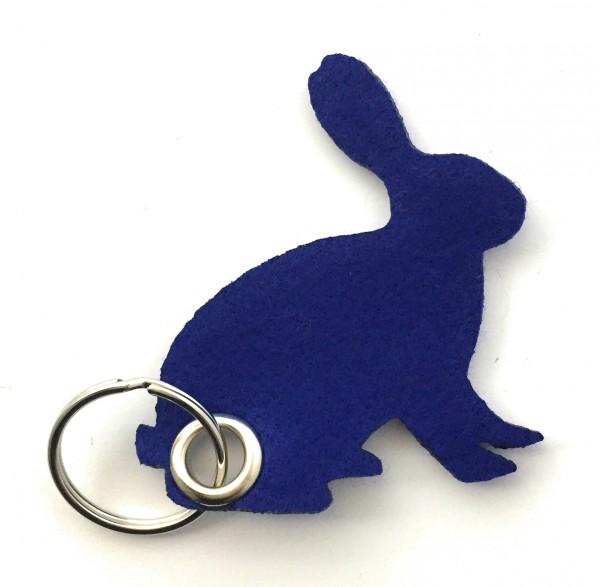 Hase / sitzend / Ostern - Filz-Schlüsselanhänger - Farbe: royalblau - optional mit Gravur / Aufdruck
