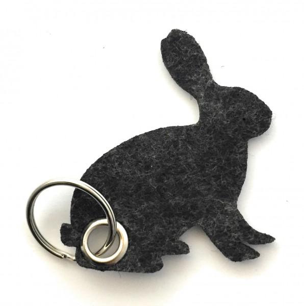 Hase / sitzend / Ostern - Filz-Schlüsselanhänger - Farbe: schwarz meliert - optional mit Gravur / Au