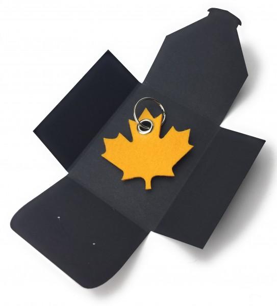 Schlüsselanhänger aus Filz optional mit Namensgravur - Ahornblatt / Kanada - safrangelb als Schlüss