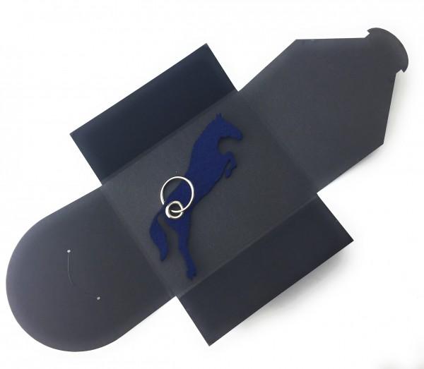 Schlüsselanhänger aus Filz optional mit Namensgravur - Pferd / Springreiten - marineblau als Schlüss
