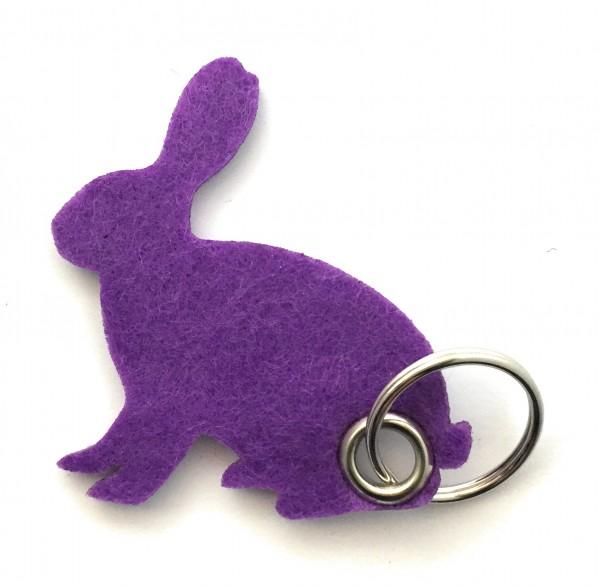 Hase / sitzend / Ostern - Filz-Schlüsselanhänger - Farbe: lila / flieder - optional mit Gravur / Auf